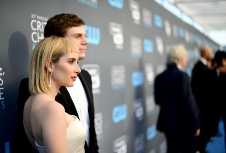 Emma Roberts e Evan Peters.