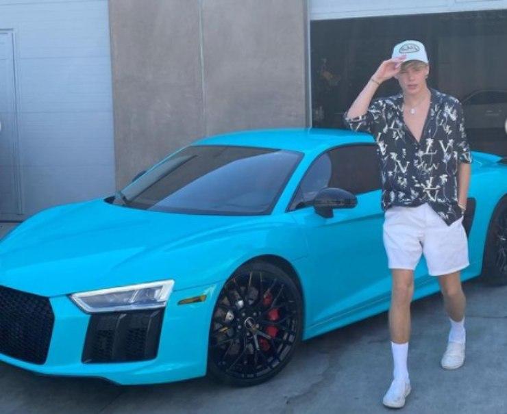 Nick Austin con la sua auto di lusso - fonte Instagram