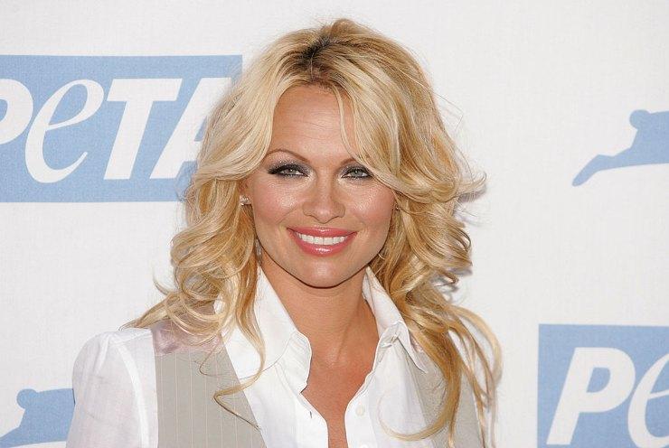 Pamela Anderson interpretata da Lili James