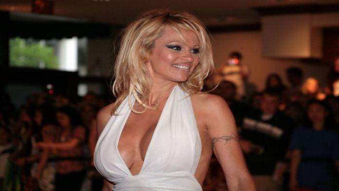 Lili James per Pamela Anderson