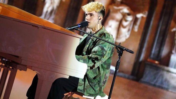 Il giovane cantante Aka7even, Amici 20