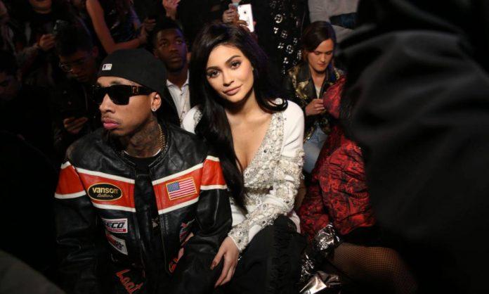 Nota fashion blogger accanto ad un rapper famoso