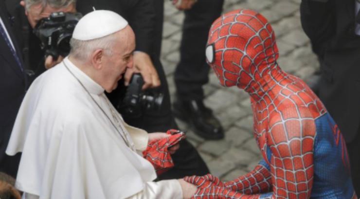 cosa ci fa spiderman all'udienza papale